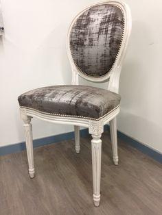 Chaise médaillon Louis XVI -  Couverte de velours de soie