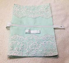 Bem vindas ao meu Blog, hoje o tutorial é uma carteira ou necessaire, você pode usar das duas formas, feita com renda e laço de fita de gorgurão. Ela é muito delicada e romântica e o melhor de tudo… Diy Pouch Bag, Diy Purse, Pouches, Denim Clutch Bags, Denim Bag, Drawstring Bag Tutorials, Lace Purse, Embroidery Purse, Zipper Pouch Tutorial