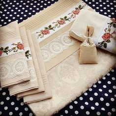 This post was discovered by Gü Do It Yourself Projects, Projects To Try, Stitch Crochet, Linen Towels, Indoor Activities For Kids, Linen Bedding, Handicraft, Cross Stitch Embroidery, Decoration