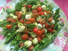 Insalata caprese, veldsla, basilicum, mozzarella, tomaat, pesto Salade Caprese, Mozarella, Good Food, Yummy Food, Italian Salad, Pasta, Convenience Food, Appetizers For Party, High Tea