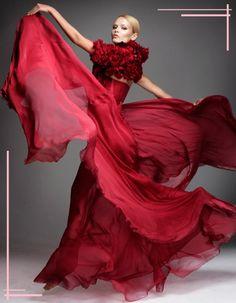 un precioso bestido rojo de gasa con un bolero bordado de flores ....