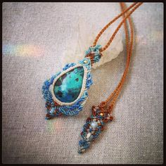 クリソコラマクラメペンダント。 地球の色した素直で元気な子。 嬉しくてしょうがないのね♪ オーダー作品から。  #MacrameJewelryMANO  #マノ #miyakojima #miyakoisland #宮古島 #okinawa #macrame #マクラメ #handwork #handmade #手仕事 #diy  #naturalstone #gemstone #stone #mineral #crystal #鉱物 #天然石 #accessories #アクセサリー #pendant #ペンダント #クリソコラ #chrysocolla #blue #green #earth