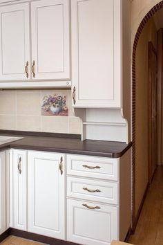 Дизайн маленькой кухни 6 кв. в классическом стиле (с газовой колонкой)