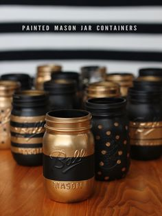 Black Gold Bedroom DIY Patterned Mason Jar Containers // Bubby and Bean. Would be really cute for a Theta-themed basket, recruitment craft or centerpieces for a reunion party. Mason Jar Projects, Mason Jar Crafts, Diy Décoration, Diy Crafts, Easy Diy, Pot Mason Diy, Painted Mason Jars, Mason Jar Painting, Spray Paint Mason Jars