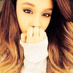 """Por suerte cada vez más famosas se revelan contra la idea de que una chica debe estar """"perfecta"""" siempre. Una cosa es querer lucir buena cara, llevar un peinado que nos siente bien y vestirnos con algo chulo, pero lo que no mola es sentir la obligación de tener que lucir perfecta para agradar a los demás, y lo que no mola nada es fijarnos en las estrellas para intentar """"ser"""" como ellas. Mirad lo que opina Ariana sobre esta idea: """"Las chicas en el colegio crecen c"""