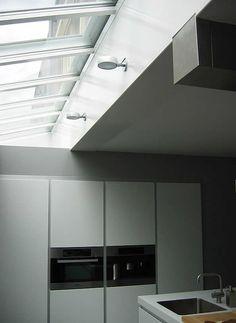 Aluminium lichtstraat van Luxlight serie Basic, model LDM - lessenaarsdak voor montage tegen muur. Meer info: http://www.hout-en-bouwmaterialen.nl/luxlight-basic-lichtstraten.php