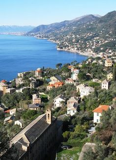 What is the best way for visitors to get around Liguria?