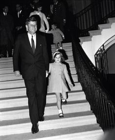 1963. 13 Novembre. President John F. Kennedy has daughter Caroline by the hand as he descends the portico steps, followed by first lady Jacqueline Kennedy with John Jr. Occasion was Black Watch Regiment exhibition on the White House South Lawn (AP Photo)