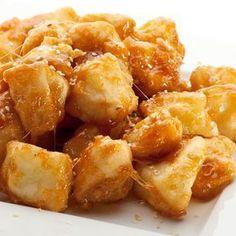 Esta manzana frita es muy sencilla de preparar, con una masa de rebozado muy simple. Se sirve templada, con miel, siropes o leche condensada.