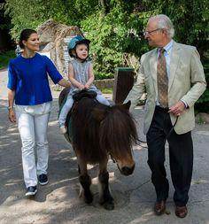 Kroonprinses Victoria, dochter Estelle op een pony en vader en opa koning Carl XVI Gustaf, voor wie het overigens pas op 8 november Vaderdag is © Kungahuset.se