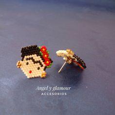 Claudia Patricia sur Instagram: Topós frída kalo, tejidos en miyuki. Aclaramos que este diseño no es original de @angel_y_glamour. Nos enviaron la imagen para elaborarla.… Bead Jewellery, Jewelry Making Beads, Beaded Jewelry, Seed Bead Earrings, Beaded Earrings, Earrings Handmade, Hama Beads, Fuse Beads, Peyote Beading