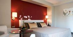 Habitaciones: suite. Todos los elementos de una habitación tiene su importancia, puesto que es reflejo de las intenciones del hotel, en nuestro caso es el confort y la calidad lo que queremos transmitir. Los muebles son sencillos y funcionales, con cabezales elegantes y decorativos, los escritorios están integrados de forma estratégica para crear una simbiosis con el resto de los elementos. En las suites se busca además el aumento de todas estas cualidades, al ser habitaciones especiales.