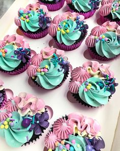 57 Ideas cupcakes frosting colors buttercream recipe for 2019 Frost Cupcakes, Buttercream Cupcakes, Buttercream Recipe, Cupcake Frosting, Cupcake Cookies, Cake Icing, Cupcakes Design, Cake Designs, Pretty Cupcakes