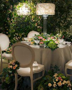 On Flowerona: A stunning woodland inspired floral installation by @philippacraddock at the @quintessentiallyweddings Atelier at @claridgeshotel. (Direct link in profile.) #weddingflowers #weddingflowersdecor