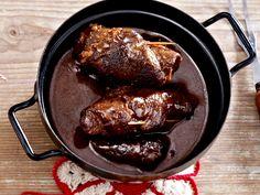 Rinderrouladen gehören zu den beliebtesten Gerichten Deutschlands. Wir zeigen Ihnen, wie der Fleischklassiker richtig zubereitet wird.