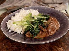 Biffgryte med rød curry og spinat