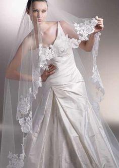 Loving the mantilla veil as a drop veil