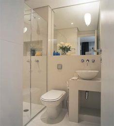 Para passar a impressão de que é maior, o banheiro de 3 m² teve o piso revestido de grandes peças de porcelanato (1,20 m x 60 cm). A bancada de alvenaria, com 40 cm de profundidade, libera a circulação. Projeto de Roberto Negrete.