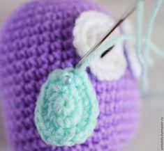 Этот мастер-класс посвящен вязанию чудесной маленькой совы. Для вязания я использую нитки 'Ирис' и крючок №1,5. Условные обозначения: ВП — водушная петля; СБН — столбик без накида; П — прибавка (2 сбн в одну петлю); У — убавка (провязать 2 петли вместе). Нам понадобится: Пряжа хлопок: фиолетового, голубого, белого и черного цвета. Фетр тонкий полушерстяной — жёлтого цвета.