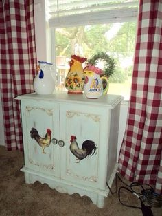 Rooster Home Decoration Ideas - Wohneinrichtung Rooster Kitchen Decor, Rooster Decor, Red Rooster, French Country Kitchens, French Country Decorating, Country French, Hand Painted Furniture, Paint Furniture, Chicken Art