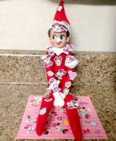 Elf on the Shelf ideas for Christmas. What is Elf on A Shelf? These elves on shelves are funny and make for a great tradition. Easy and creative ideas! L Elf, Elf Auf Dem Regal, Elf Magic, Naughty Elf, Buddy The Elf, Theme Noel, Christmas Elf, Funny Christmas, Christmas Stickers