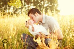 Absolutely PRECIOUS photo idea!!! Outdoor Newborn Photos, Newborn Pictures, Baby Pictures, Baby Photos, Outdoor Photography, Cute Photography, Newborn Baby Photography, Family Photography, Children Photography