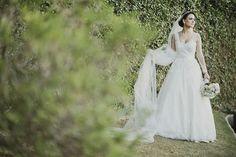 Vestido Carol Hungria escolhido por Juliana. O casamento de Juliana e Pedro foi publicado no Euamocasamento.com. As fotos são de Renata Xavier. #euamocasamento #NoivasRio #Casabemcomvocê