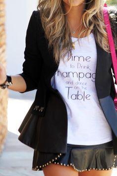 Time to drink champagne & dance on the table. Así pero con otra tipografía, más linda