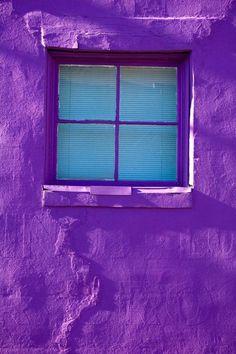 window in purple wall (codiceotto-OTTOKALOS)