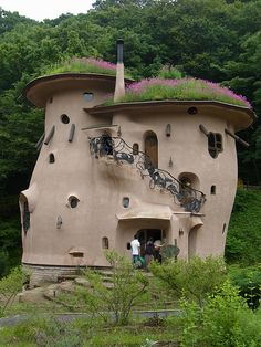 "ムーミンの家 Moomin House, with "" living"" roof Unusual Buildings, Interesting Buildings, Beautiful Buildings, Maison Earthship, Earthship Home, Moomin House, Earth Bag Homes, Fairytale House, Crazy Houses"