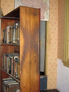 Cabinet bookcase to rear housing Anne Frank, Amsterdam Amsterdam, Europa Tour, Anne Frank House, Powerful Pictures, Interesting History, World War, Holland, Jewish History, Camps