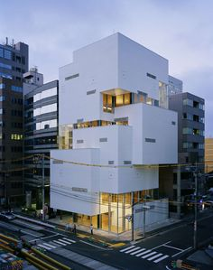 Located on a busy street in Sendai's emergent entertainment district, this 7-storey restaurant tower was designed to accommodate a variety of bars and eateri...