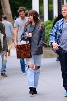 Dakota Johnson seen in New York City yesterday [Septembe ❤️❤️❤️ Cr. Dakota Johnson Street Style, Dakota Style, Cool Outfits, Fashion Outfits, Womens Fashion, Celebrity Style Inspiration, Celeb Style, Fashion Inspiration, Dakota Mayi Johnson