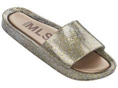 Seguindo a tendência do sportwear, a Melissa Beach Slide invade o verão com frescor e modernidade, misturando a gaspea larga com o solado esportivo, deixando-o confortável e despretensioso, além de ter uma palmilha super confortável.