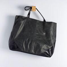 BGC 0144 - bolsa g tipo sacola em couro estonado com alças e cantoneiras em couro com brilho. possui fechamento duplo de ímã. alt: 34cm. larg: 37cm. prof: 14cm. #coloridoviamia