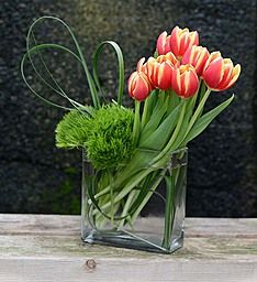 Inspired by the beauty and simplicity of a Spring wildflower garden, designer Tim of Goldner Walsh Garden & Home in Pontiac, Michigan created this magnificent medley of colorful tulips. Tulpen Arrangements, White Flower Arrangements, Ikebana Flower Arrangement, Floral Centerpieces, Flower Vases, Contemporary Flower Arrangements, Fresh Flowers, Beautiful Flowers, Tropical Flowers