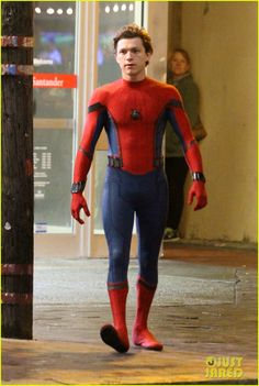 Tom Holland on the set of Spider-man: Homecoming in the spider-man suit. Spiderman Drawing, Spiderman 3, Tom Holland, New Avengers, Marvel Cosplay, Wattpad, Amazing Spider, Mens Suits, Homecoming