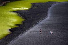 Situada na costa oeste no município de Yaiza, é conhecida se como Charca Verde ou Charco de los Ciclos. Pertence ao parque natural de Los Volcanes de Lanzarote e trata-se de uma lagoa conectada com o mar por rachaduras subterrâneas. Seu característico tom verde, que ressalta especialmente pelo fato de estar rodeada de areias negras, se deve à presença de organismos vegetais em suspensão em suas águas. O lago é protegido e é proibido tomar banho nele. Mas pode ser visitado para desfrutar de…