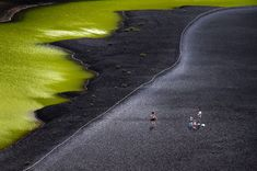 Charca Verde o Charco de los Ciclos, en la costa oeste en el municipio de Yaiza y en el parque natural de Los Volcanes de Lanzarote. Laguna conectada con el mar por grietas subterráneas. Su característico tono verde, que resalta especialmente al estar rodeado de arenas negras, se debe a la presencia de organismos vegetales en suspensión en sus aguas. El lago está protegido y está prohibido bañarse en él. Pero se puede visitar para disfrutar de cerca del contraste de colores.PABLO ECHÁVARRI