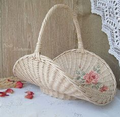 Basket with a decoupage -Shabby chic - cute idea! Newspaper Basket, Newspaper Crafts, Baskets On Wall, Wicker Baskets, Gift Wraping, Wooden Gift Boxes, Paper Weaving, Sewing Baskets, Flower Girl Basket