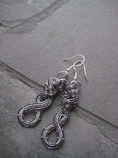 Based on kaska firor design in her book Wire Jewellery, Jewelry, Wire Weaving, Wire Art, Wire Earrings, Wood Projects, Wrapping, Art Pieces, Pendant