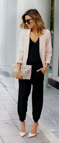 Si tienes una cita importante de trabajo, crea un look sofisticado pero juvenil con un blazer y un jumpsuit. Este outfit también es perfecto para salir al antro o una reunión con tus amigas.