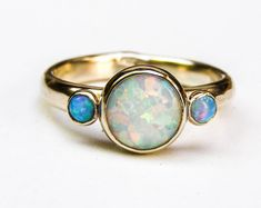 Einzigartige Verlobungsring, Multistone Ringe, Blue Opal Ring, 14k gold ring, weißer Opal Ringe, Jubiläumsring, gold, Hammerd aussagering