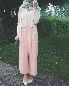 Pink trousers, white top and cardigan and green hijab. Islamic Fashion, Muslim Fashion, Modest Fashion, Fashion Outfits, Fashion Wear, Casual Hijab Outfit, Hijab Chic, Hijab Dress, Modest Wear