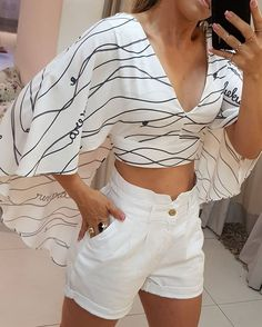 La imagen puede contener: una persona, pantalones/ apostem nesse look meninas,O modelo de blusa veste super bem e realça Casual Outfits, Summer Outfits, Cute Outfits, Fashion Outfits, Shorty, Blouse Designs, Blouses For Women, Stylish, How To Wear