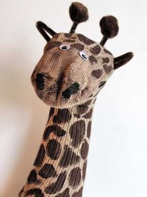 Recycled Crafts: Giraffe Sock Puppet I should have a sock puppet museum by now for all the missing mismatched socks we have in this house. This is a great, easy recycled craft great for animal lovers! Kids Crafts, Sock Crafts, Horse Crafts, Kids Diy, Easter Crafts, Sock Puppets, Hand Puppets, Giraffe Socks, Living Puppets