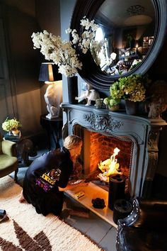 Living Room mantel: black vases with white or green flowers