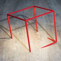 Les traits offerts à la lampe Urbicande par son designer, Cédric Dequidt, offrent l'illusion subtile de l'encastrement d'un cube dans son support. ...