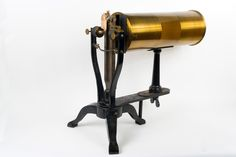 Diapason entretenu électriquement avec résonateur cylindrique