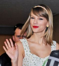 Taylor Swift can sure accessorize. We love those daisy earrings & beaded headband